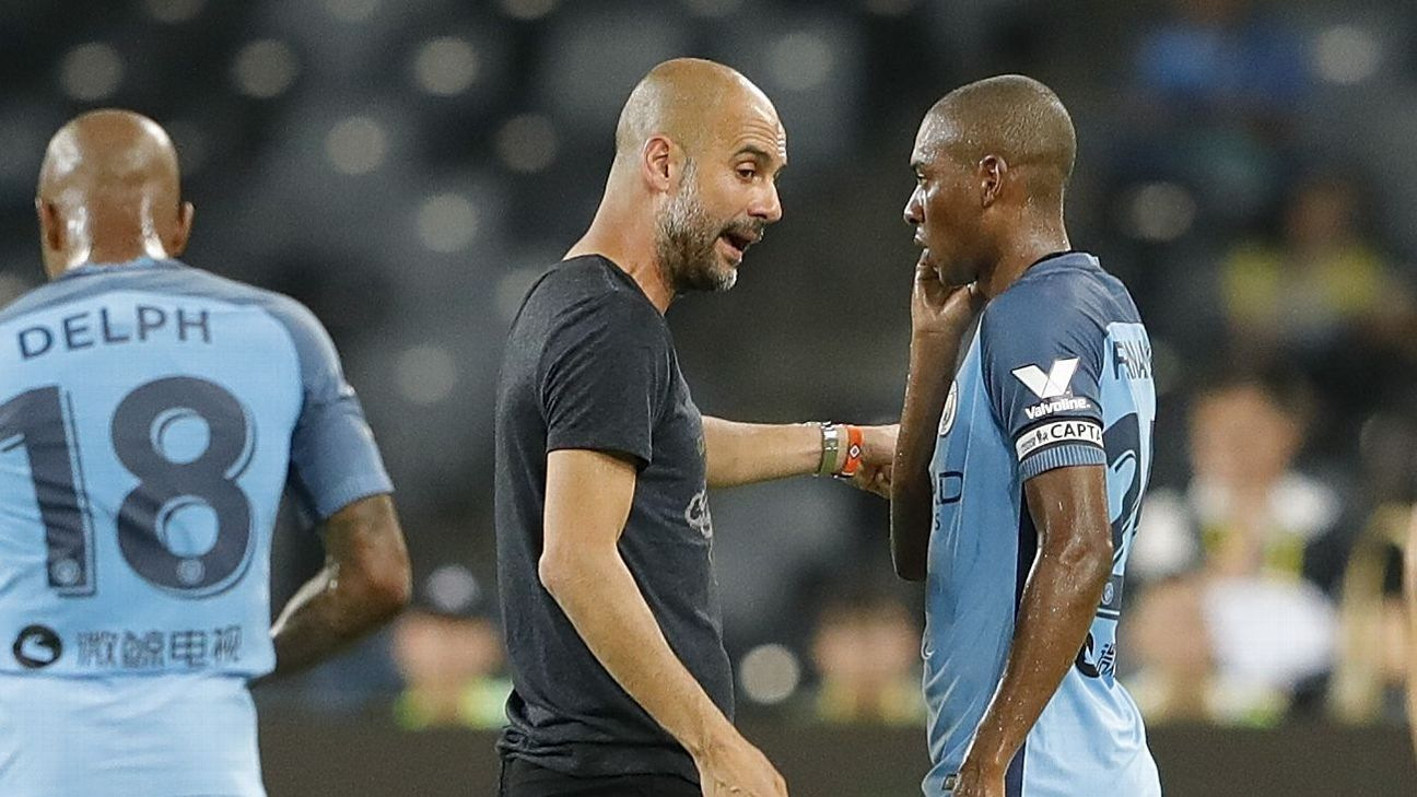 Manchester City planning Fernandinho contract talks source