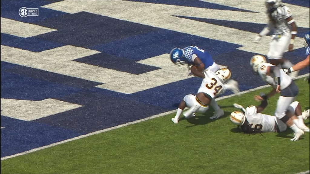 Kentucky's Snell powers his way to a TD