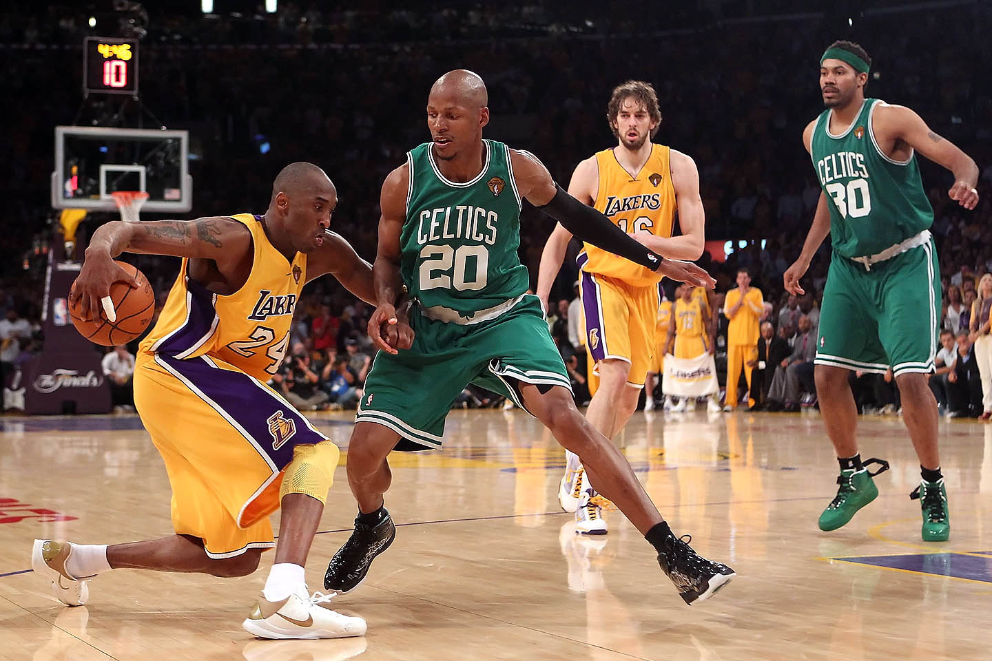 Kobe crossover with Ray guarding him : NBAimages