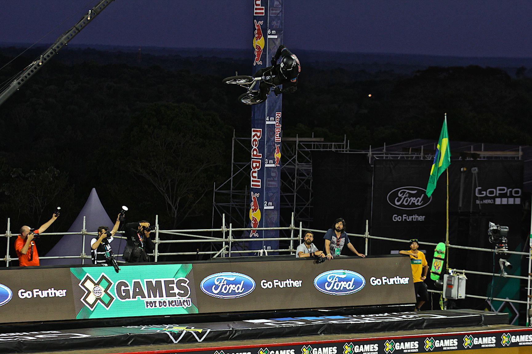 O Big Air animou o incio noite dos X Games Foz do Iguau