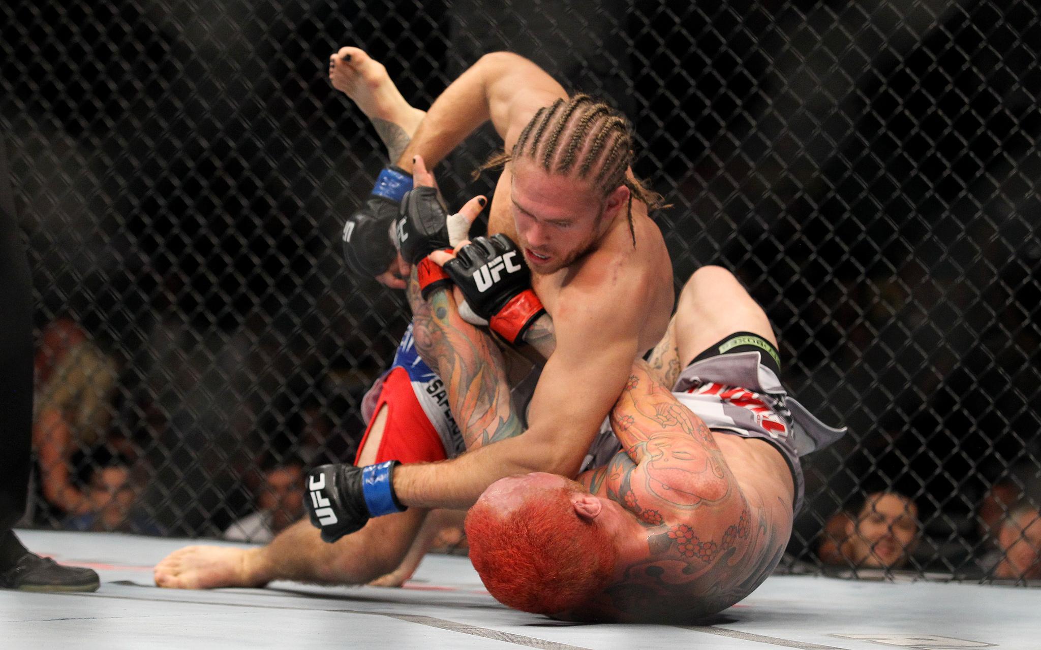 Andrew Craig punches Chris Leben