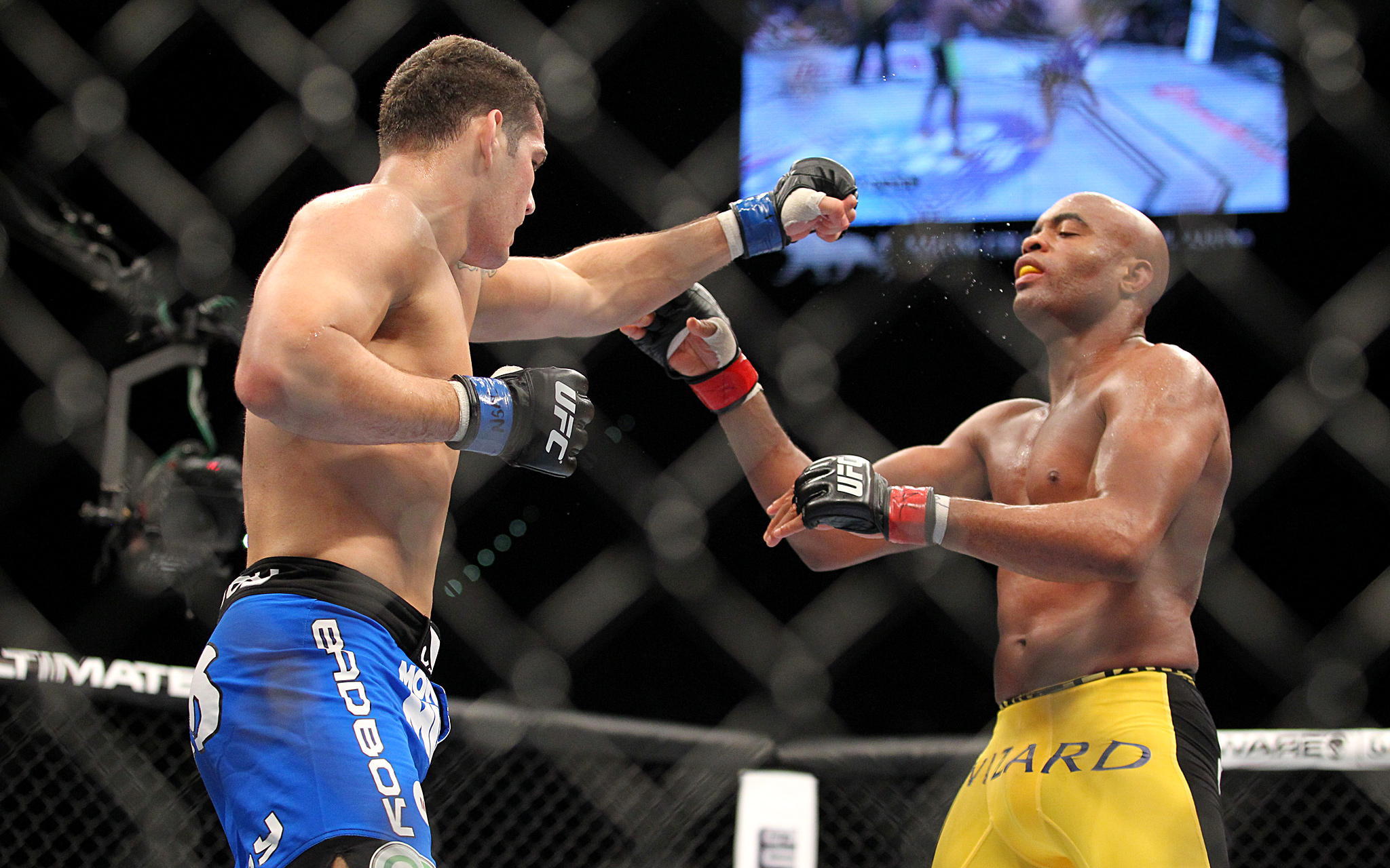 Chris Weidman knocks out Anderson Silva