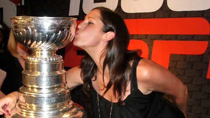 Sarah Spain kisses the Cup after the Blackhawks Cup win in 2010.