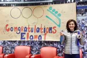 Elana Meyers with a sign made by the kids at Children's Healthcare of Atlanta.