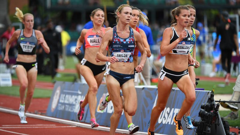 Kellyn Taylor (center) placed fourth in the 10,000 meters at the 2016 Olympic trials.
