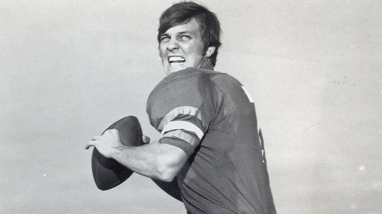 67 Ex-Florida John QB Gators at age Reaves dies