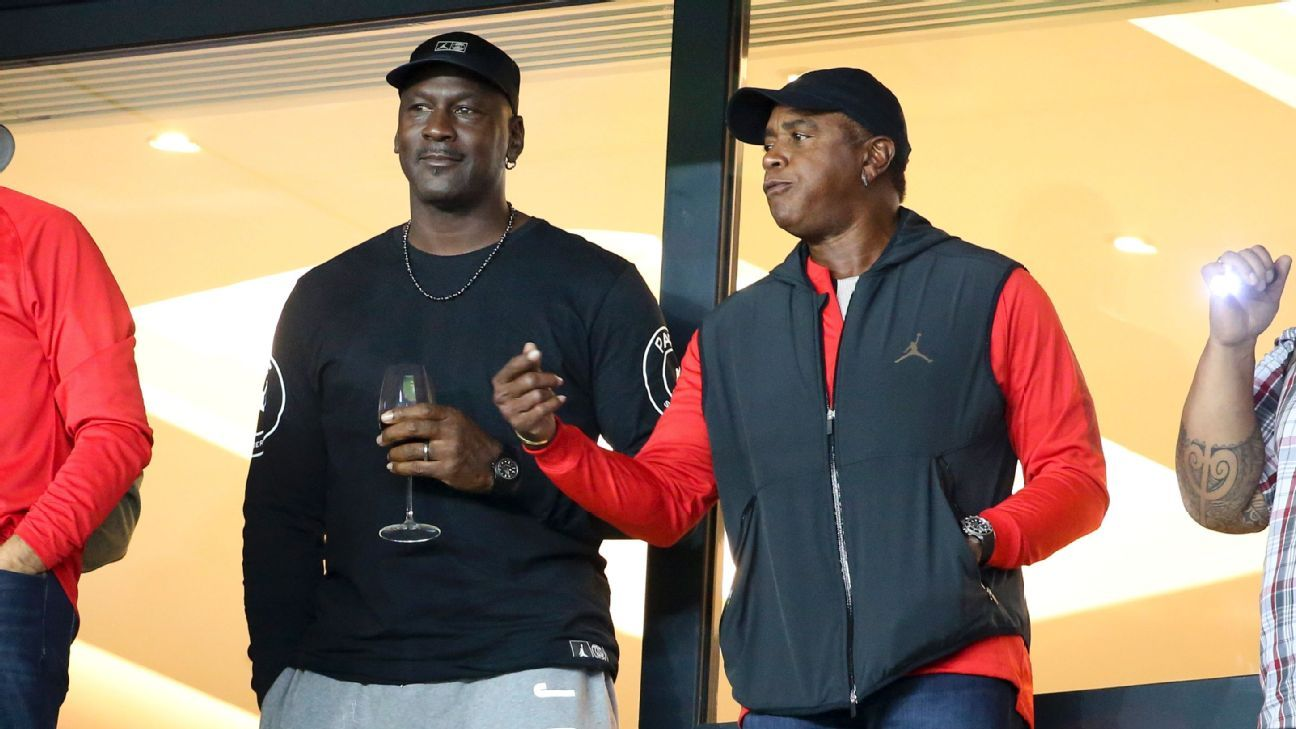 nouveaux styles 13c4d f9591 Michael Jordan takes in PSG match, presented with No. 23 jersey