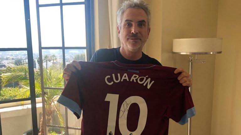 Alfonso Cuarón recibe playera autografiada por Chicharito para ROMATÓN 4dc956d15e33e