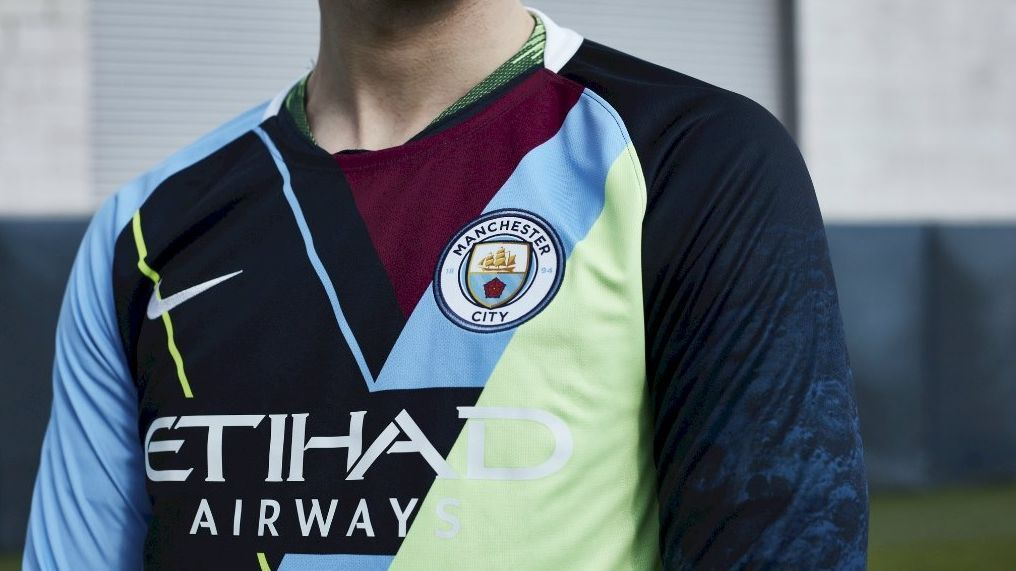 b8a7bce016e22 Manchester City lança camisa especial com retalhos de uniformes